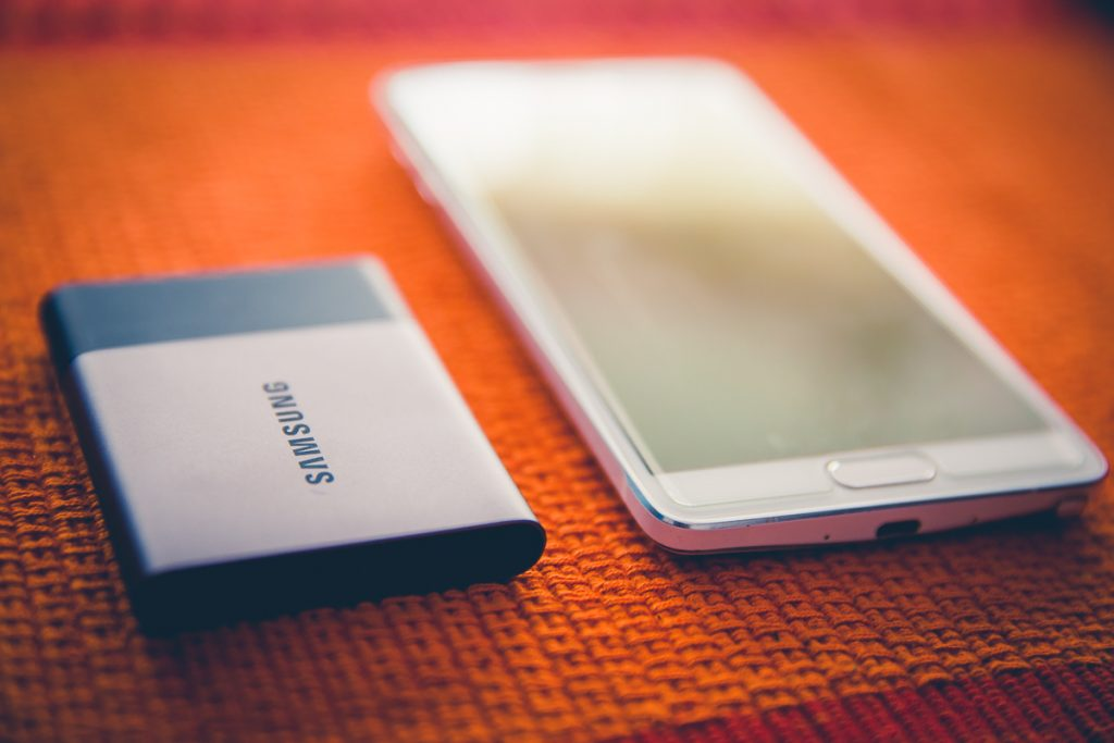 Neeta-Shankar-Photography-Equipment-Gear-Reviews-Samsung-T3-SSD-Solid-State-Drive-Review-Handson-Opinion-Wedding-Photographer-Size-Comparison-Samsung-Note4